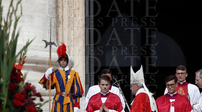 Papa Francesco arriva in Piazza San Pietro per celebrare la Messa della Solennità dei Santi Pietro e Paolo, Citta' del Vaticano, 29 giugno, 2017.<br /> Pope Francis arrives to celebrate a mass for the imposition of the Pallium upon the new metropolitan archbishops and the solemnity of Saints Peter and Paul in St. Peter's Square at the Vatican, on June 29, 2017.<br /> UPDATE IMAGES PRESS/Isabella Bonotto<br /> <br /> STRICTLY ONLY FOR EDITORIAL USE