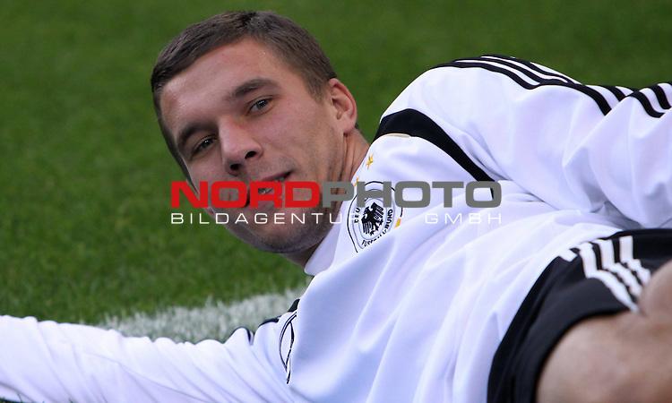 &Ouml;ffentliches Training DFB-Auswahl, 12.10.09 Hamburg<br /> <br /> <br /> Lukas Podolski beim Streching.<br /> <br /> <br /> Foto &copy; nph (nordphoto)<br /> <br /> *** Local Caption ***