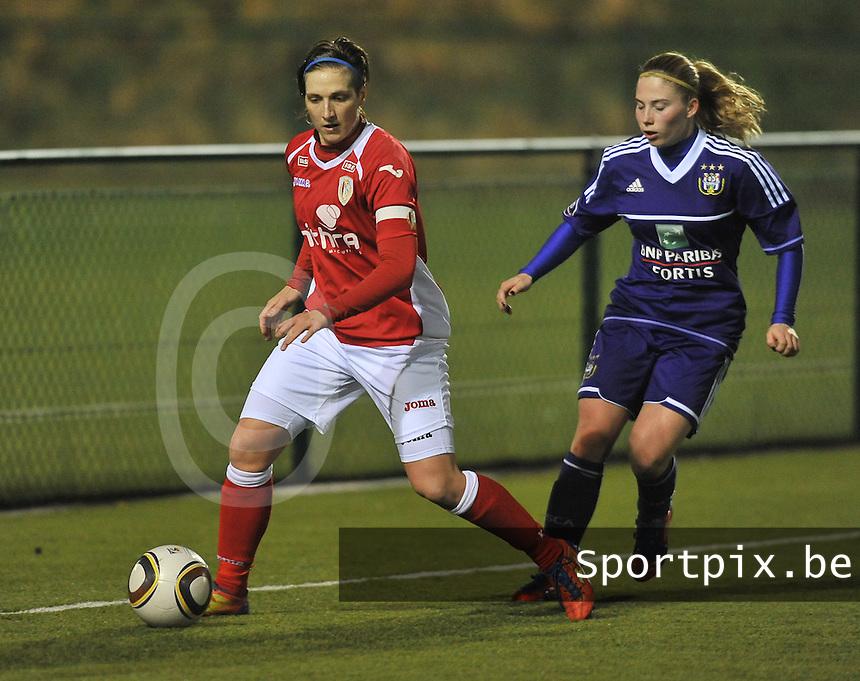 RSC Anderlecht - Standard Femina : Maud Coutereels aan de bal voor Jana Coryn.foto DAVID CATRY / Vrouwenteam.be