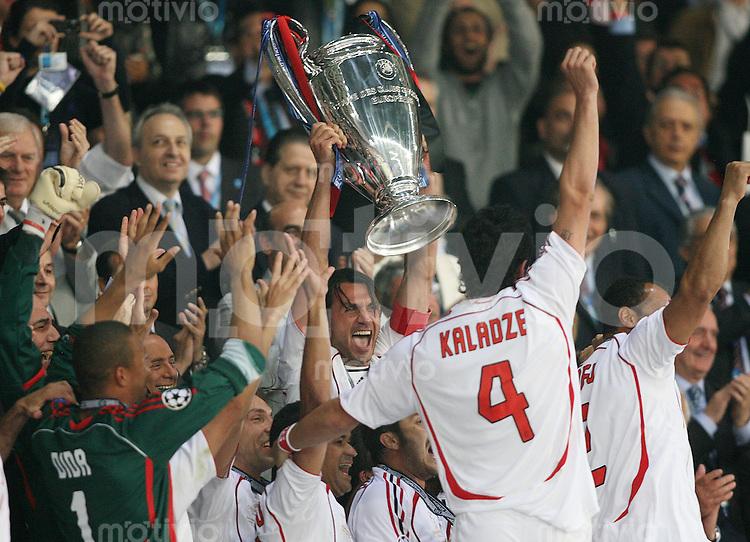 Fussball CHL Finale AC Mailand - FC Liverpool JUBEL Mailand ; Paolo MALDINI mit Champions League Pokal (mitte)