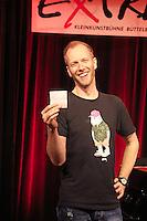 Büttelborn 14.10.2016: Auftritt Michael Krebs im Cafe Extra<br /> Michael Krebs zieht Wünsche des Publikums aus dem Glas