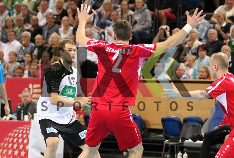 Kiel, 14.06.15, Sport, Handball, L&auml;nderspiel, EM-Qualifikation, Deutschland - &Ouml;sterreich : Paul Drux (F&uuml;chse Berlin / Deutschland, #42), Alexander Hermann (SG Handball West Wien / &Ouml;sterreich, #02)<br /> <br /> Foto &copy; P-I-X.org *** Foto ist honorarpflichtig! *** Auf Anfrage in hoeherer Qualitaet/Aufloesung. Belegexemplar erbeten. Veroeffentlichung ausschliesslich fuer journalistisch-publizistische Zwecke. For editorial use only.