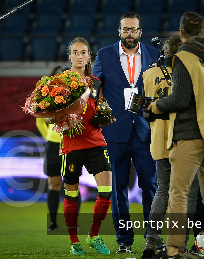 20170411 - LEUVEN ,  BELGIUM : Belgian Tessa Wullaert pictured receiving her Golden Boot / Gouden Schoen prior the friendly female soccer game between the Belgian Red Flames and Scotland , a friendly game in the preparation for the European Championship in The Netherlands 2017  , Tuesday 11 th April 2017 at Stadion Den Dreef  in Leuven , Belgium. PHOTO SPORTPIX.BE | DAVID CATRY