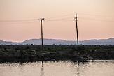 Stromleitungen am Ionischen Meer, Butrinti, Südalbanien, 2013, Strom wird  in Albanien hauptsächlich aus Wasserkraft gewonnen. Zu kommunistischen Zeiten wurde das Land elektrifiziert. Die Infrastruktur kann aber mit dem hohen Verbrauch heutzutage nicht mithalten