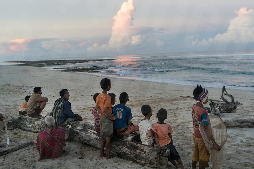 """March 28, 2016 - Wainyapu (Indonesia). Villagers look at the shore with the hope of finding some """"Nyale"""", multicolored sea worms, which appear only once each year and that are used for the opening ceremony of the Pasola. Unfortunately they couldn't find any. © Thomas Cristofoletti / Ruom"""