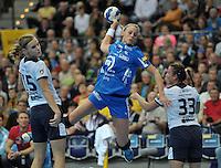 Handball Frauen Champions League 2013/14 - Handballclub Leipzig (HCL) gegen RK Krim Ljubljana am 13.10.2013 in Leipzig (Sachsen). <br /> IM BILD: Maura Visser (HCL) beim Wurf - rechts: Barbara Lazovic-Varlec (Krim), links: Katarina Krpez (Krim) <br /> Foto: Christian Nitsche / aif