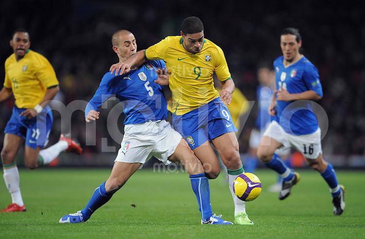 FUSSBALL   INTERNATIONAL   Testspiel  in London   10.02.2009 Brasilien - Italien                Adriano (re, BRA) am Ball gegen Fabio Cannavaro (ITA)