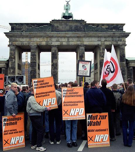 500 Mitglieder und Sympathiesanten der rechtsextremistischen NPD demonstrierten am Sonntag den 12. Maerz 2000 in Berlin anlaesslich des Jahrestages des Anschlusses Oesterreichs an Nazideutschland unter dem Motto: Wir sind ein Volk - Haende weg von Oesterreich. Verbote der Demonstration durch den Berliner Innensenat wurden von den Gerichten widerrufen. Einzige Auflagen fuer die NPD war der Verzicht auf Fahnen, Trommeln und kein Marsch durch das Brandenburger Tor.<br /> Hier: Die Demonstrationsteilnehmer mit Plakaten vor dem Brandenburger Tor. Unteranderem ein Plakat der Neonaziorganisation HNG. Die HNG (Hilfsorganisation fuer Nationale Gefangene) betreut inhaftierte Neonazis und deren Angehoerige.<br /> 12.3.2000, Berlin<br /> Copyright: Christian-Ditsch.de<br /> [Inhaltsveraendernde Manipulation des Fotos nur nach ausdruecklicher Genehmigung des Fotografen. Vereinbarungen ueber Abtretung von Persoenlichkeitsrechten/Model Release der abgebildeten Person/Personen liegen nicht vor. NO MODEL RELEASE! Nur fuer Redaktionelle Zwecke. Don't publish without copyright Christian-Ditsch.de, Veroeffentlichung nur mit Fotografennennung, sowie gegen Honorar, MwSt. und Beleg. Konto: I N G - D i B a, IBAN DE58500105175400192269, BIC INGDDEFFXXX, Kontakt: post@christian-ditsch.de<br /> Bei der Bearbeitung der Dateiinformationen darf die Urheberkennzeichnung in den EXIF- und  IPTC-Daten nicht entfernt werden, diese sind in digitalen Medien nach &sect;95c UrhG rechtlich gesch&uuml;tzt. Der Urhebervermerk wird gemaess &sect;13 UrhG verlangt.]