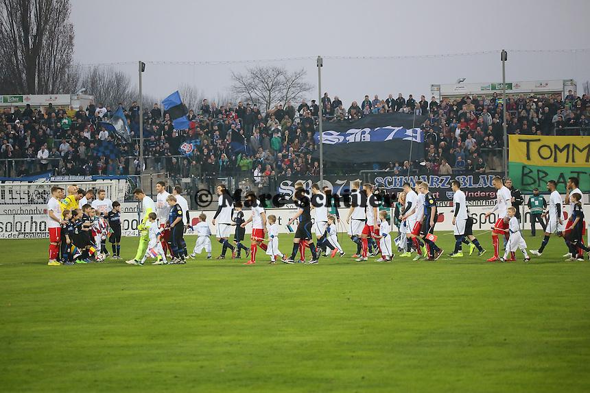 Mannschaften laufen ein - FSV Frankfurt vs. 1. FC Kaiserslautern, Frankfurter Volksbank Stadion