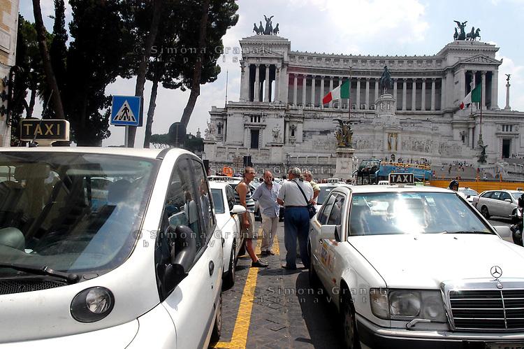 Roma 14 Luglio 2006.Manifestazione  dei Tassisti, contro il decreto sulle liberalizzazioni del Governo Prodi..Rome July 14, 2006.Demonstration of Taxi Drivers against the decree on the liberalization of the Prodi government..