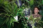Foto: VidiPhoto<br /> <br /> DEN BOSCH – In de Brabanthallen in Den Bosch wordt woensdag door honderden hoveniers en decorateurs koortsachtig gewerkt aan Tuinidee 2019. Het grootste tuinevent van Nederland gaat donderdag voor de 27e keer op rij van start met bijna 200 exposanten. Dankzij het huidige zachte weer staan tuinbezitters te popelen om op balkon, terras en in de tuin aan de slag te gaan. Op Tuinidee vinden bezoekers verschillende inspiratietuinen -waaronder een speciale kindertuin-  creatieve workshops, een tuintheater en de laatste groene trends en nieuwtjes. Speciale aandacht is er voor duurzaam en ecologisch tuinieren. Een uit Engeland overgewaaid populair fenomeen is met recyclebaar kunstgras beklede veranda's, tuinhuisjes en levensgrote dierfiguren. De organisatie verwacht tot en met zondag meer dan 25.000 belangstellenden.