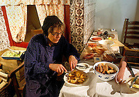 Nederland Arnhem 2015. Het Nederlands Openluchtmuseum. Vrouw maakt een traditionele Hollandse maaltijd.   Foto Berlinda van Dam / Nederlandse Hoogte