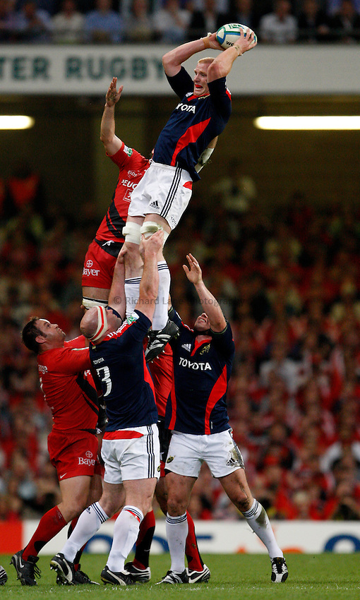 Photo: Richard Lane/Richard Lane Photography. .Munster v Toulouse. Heineken Cup Final. 24/05/2008. .Munster's Paul O'Connell wins a lineout.