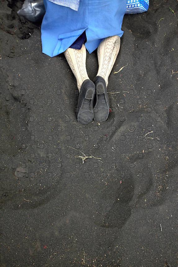 SANTIAGO XALITZINTLA, PUEBLA, mayo 02, 2012  &ndash;  Las piernas de una mujer que reza en las  faldas del volc&aacute;n Popocat&eacute;petl.  Pobladores del pueblo de Santiago Xalitzintla, Puebla, subieron a las faldas del volc&aacute;n Popocat&eacute;petl o &ldquo;Don Goyo&rdquo; para realizar un altar por su aniversario de vida y pedirle que les de comida, lluvia y bienestar a la poblaci&oacute;n. el 02 de mayo de 2012. El volc&aacute;n sigue con bastante actividad que se ha registrado en la ca&iacute;da de ceniza en las inmediaciones de los municipios de Ecatzingo, Atlautla, Ozumba y Amecameca, en el Estado de M&eacute;xico. FOTO: ALEJANDRO MEL&Eacute;NDEZ<br /> <br /> SANTIAGO Xalitzintla, PUEBLA, May 2, 2012 - The legs of a woman who prays on the slopes of Popocatepetl. Residents of the town of Santiago Xalitzintla, Puebla, climbed the volcano Popocatepetl or &quot;Don Goyo&quot; to make an altar for their anniversary of life and ask them food, rain and wellbeing of their people. on May 2, 2012. The volcano is still quite activity that was recorded in the fall of ash in the vicinity of the towns of Ecatzingo, Atlautla, Ozumba and Amecameca, in the State of Mexico. PHOTO: ALEJANDRO MELENDEZ