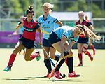 NIJMEGEN -  Isaline Kroon (Nijm.) met links Mirte Jansen (Huizen)   tijdens  de tweede play-off wedstrijd dames, Nijmegen-Huizen (1-4), voor promotie naar de hoofdklasse.. Huizen promoveert naar de hoofdklasse.  COPYRIGHT KOEN SUYK