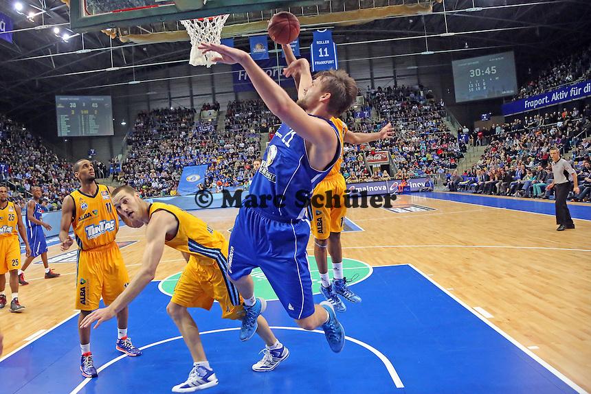 Danilo Barthel (Skyliners) wird beim Wurf gefoult von Levon Kendall (Alba)- Fraport Skyliners vs. Alba Berlin Fraport Arena Frankfurt