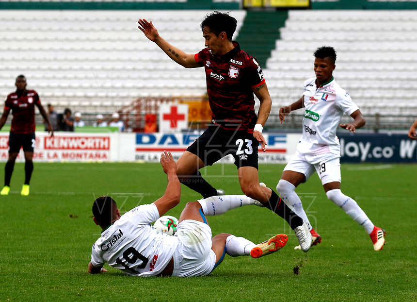 MANIZALES-COLOMBIA, 14-09-2019: David Gómez de Once Caldas y Fabián Sambueza de Independiente Santa Fe disputan el balón, durante partido de la fecha 11 entre Once Caldas y el Independiente Santa Fe, por la Liga de Aguila II 2019 en el estadio Palogrande en la ciudad de Manizales. / David Gomez of Once Caldas Fabian Sambueza of Independiente Santa Fe figth for the ball, during a match of the 11th date between Once Caldas and Independiente Santa Fe, for the Aguila Leguaje II 2019 at the Palogrande stadium in Manizales city. Photo: VizzorImage  / Santiago Osorio / Cont.