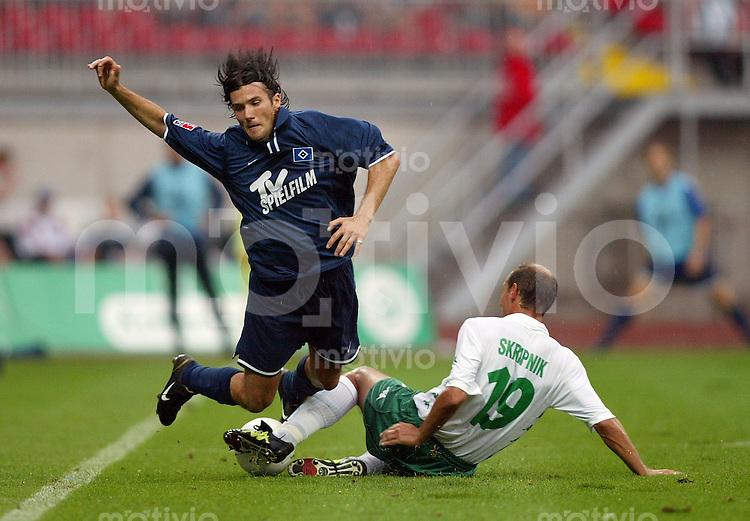 Fussball / 1. Bundesliga Saison 2002/2003  2. Spieltag SV Werder Bremen - Hamburger SV  2:1   Der Hamburger Raphael Wicky (li) wird im Zweikampf von dem Bremer Victor Skripnik gefoult.