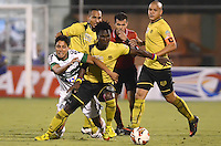 ENVIGADO - COLOMBIA-24-10-2013: Yohn Mosquera (2Der.) y Ervin Maturana ( Der.) jugadores del Itagüi Ditaires de Colombia, disputan el balón con Sergio Escudero (Izq.) jugador de Coritiba del Brasil durante partido en el estadio Polideportivo Sur de la ciudad de Envigado, octubre 24 de 2013. Itagüi Ditaires y Curitiba durante partido de vuelta por los octavos de final de la Copa Total Suramericana 2013. (Foto: VizzorImage / Luis Rios / Str).  Yohn Mosquera (2R) Ervin Maturana (R)players of Itagüi Ditaires from Colombia vie for the ball with Sergio Escudero (L) player of Coritiba del Brasil during a match at the Polideportivo Sur Stadium in Envigado city, October 24, 2013. Itagüi Ditaires and Curitiba during a return match for the eighth finals round of the Total Suramericana Cup 2013. (Photo: VizzorImage / Luis Rios / Str).