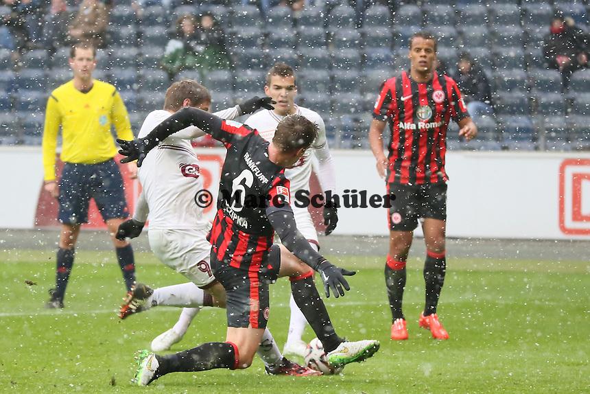 Jocelyn Roux (Genf) zieht ab und erzielt gegen Carlos Zambrano (eintracht) das 0:2 - Eintracht Frankfurt vs. Servette Genf, Commerzbank Arena
