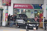 SAO PAULO, SP, 21/05/2012, ASSALTO A POSTO.  Na madrugade de hoje (21) um posto de combustiveis foi assaltado por um bando armado, houve confronto com a policia, tre bandidos foram mortos. a ocorrencia foi na Av do Estado proximo a Rua Barao de Jaguara. Luiz GUarnieri/ Brazil Photo Press