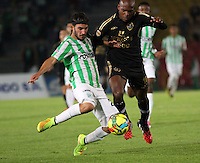 BOGOTA -COLOMBIA-1 -NOVIEMBRE-2014. Tressor Moreno ( D) de Fortaleza F.C. disputa el balón con Sebastian Perez ( I ) de Atlrtico Nacional   durante partido de la  17  fecha  de La Liga Postobón 2014-2. Estadio Nemwsio Camacho El Campin . / Tressor Moreno (R ) of Fortaleza F.C.  fights for the ball with Sebastian Perez of Atletico Nacional   during match of the 17th date of Postobon  League 2014-2. Nemesio Camacho El Campin  Stadium. Photo: VizzorImage / Felipe Caicedo / Staff