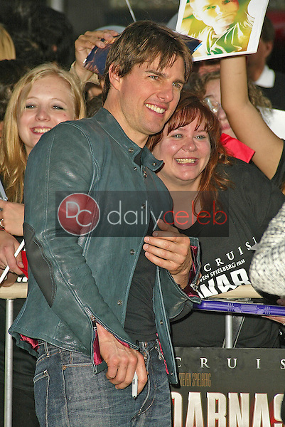 """Tom Cruise<br /> at the """"War of the Worlds"""" Los Angeles Premiere, Chinese Theater, Hollywood, CA 06-27-05<br /> David Edwards/DailyCeleb.Com 818-249-4998"""