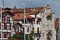 Europe/France/Aquitaine/64/Pyrénées-Atlantiques/Pays-Basque/Ciboure:  Maisons du Quai Maurice Ravel et bateau à la sortie du port de Saint-Jean-de-Luz et Maison natale de Ravel