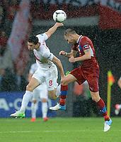FUSSBALL  EUROPAMEISTERSCHAFT 2012   VORRUNDE Tschechien - Polen               16.06.2012 Robert Lewandowski (Polen) gegen Michal Kadlec (Tschechische Republik)
