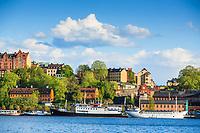 Gamla hus och  fartyg vid Mariaberget vid Södermälarstrand på Södermalm i Stockholm.