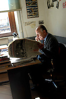 """Roma, Febbraio 2005. Redazione del quotidiano """" Il Manifesto"""".Valentino Parlato, uno dei fondatori nel 1971..Rome, February 2005.  Editor of the newspaper """"Il Manifesto """".Valentino Parlato, a founder in 1971"""