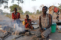 Suedsudan Rumbek , Cuibet County , Dinka Frauen an Kochstelle im Dorf / South Sudan Rumbek , Dinka women at stove in village