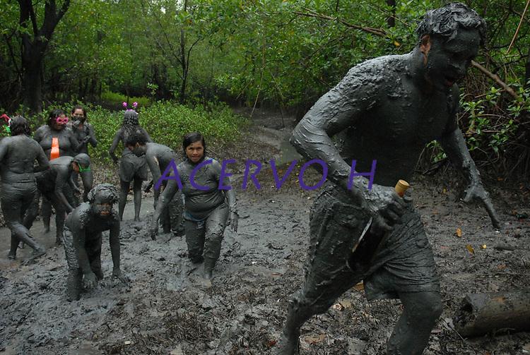 Milhares de moradores entram no mangue e come&ccedil;am a se sujar de lama antes de tomar as ruas da cidade em um carnaval ecol&oacute;gico. A id&eacute;ia que iniciou h&aacute; 20 anos atr&aacute;s quando alguns moradores perceberam que as esp&eacute;cimes do manguezal estavam desaparecendo.<br /> 22/02/2009.<br /> Curu&ccedil;&aacute;, Par&aacute;, Brasil.<br /> Foto Paulo Santos