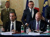 Luigi De Magistris , Angelino Alfano  durante la  firma del protocollo per il passaggio della caserma Bixio alla scuola della Nunziatella