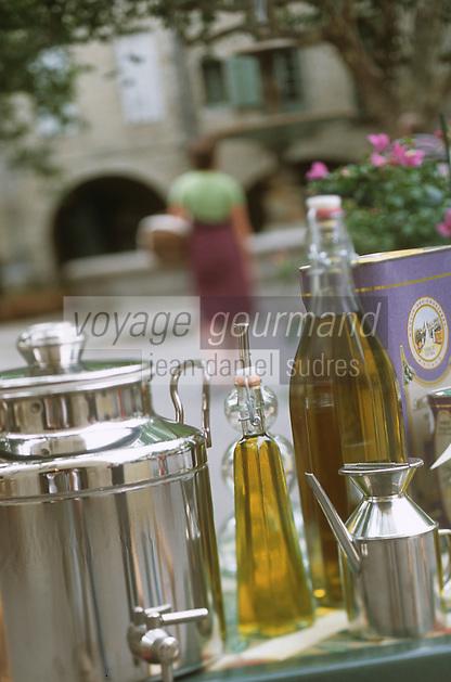 """Europe/France/Languedoc-Roussillon/30/Gard/Uzès: Huiles d'olives du Gard chez """"Terroirs"""", 5 place aux Herbes - présentation de flacon, bouteille et huile d'olives du Gard"""