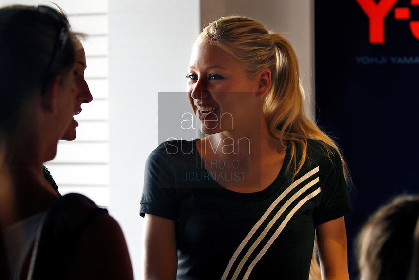 Tennis star Anna Kournikova greets people during an appearance at the Y-3 store in The Shops Around Lenox in Atlanta, Ga. on Friday afternoon, May 5, 2006. She was in town for the USTA Mercedes Benz Classic at the Arena at Gwinnett Center.<br />