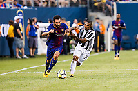 EAST RUTHERFORD, EUA, 22.07.2017 - JUVENTUS-BARCELONA - Arda Turan do Barcelona (ESP) disputa bola com Douglas Costa da Juventus (ITA) valido pela Internacional Champions Cup no MetLife Stadium na cidade de East Rutherford nos Estados Unidos neste sábado, 22. (Foto: William Volcov/Brazil Photo Press)