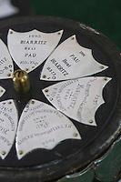 France, Aquitaine, Pyrénées-Atlantiques, Béarn, Pau: Le Golf: Pau Golf Club - Ecussons sur la Coupe Kilmane, compétition qui oppose depuis 1894 le Pau Golf Club et le golf de Biarritz. La coup trône dans la salle du patrimoine du Pau Golf Club.  //  France, Pyrenees Atlantiques, Bearn, Pau: Patches on Kilmane Cup competition which opposes since 1894 Pau Golf Club and Golf Biarritz.
