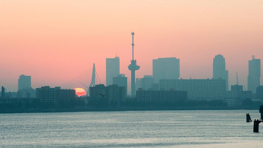 Nederland, Rotterdam, 5 sept 2013<br /> Zonsopgang bij Rotterdam.<br /> De zon komt op achter de Erasmusbrug en Euromast.<br /> Foto(c): Michiel Wijnbergh