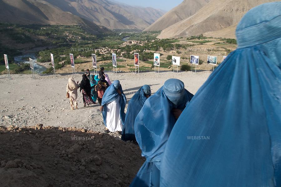 AFGHANISTAN - VALLEE DU PANJSHIR - 14 aout 2009 :.Exposition organisee par Reza sur le site du tombeau du commandant Massoud. Plus de cinquante photographies representant Massoud et ses hommes lors des guerres contre les russes puis les talibans etaient exposees autour des vestiges de tanks et de pieces d'artillerie russes pris par les moudjahidin lors de leurs assauts . .Femmes afghanes parcourant l'exposition. ..AFGHANISTAN - PANJSHIR VALLEY - August 14th, 2009: Exhibition organized by Reza at the site of Commander Massoud's tomb..More than fifty photographs of Massoud and his men taken during their fights against the Russians and the Taliban were exhibited amongst the vestiges of Soviet tanks and artillery seized by the mujahideen during their battles..Afghan women at the exhibition site.