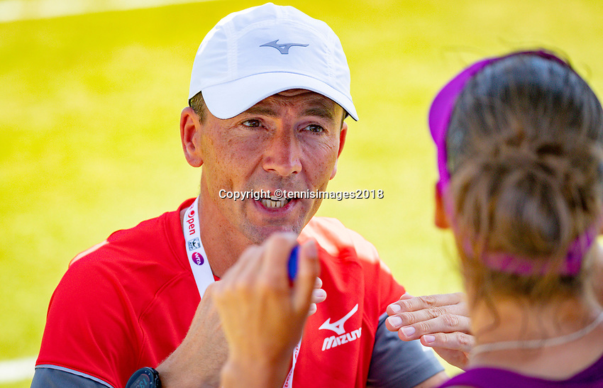 Den Bosch, Netherlands, 11 June, 2018, Tennis, Libema Open, Bibiane Schoofs (NED) asks for her coach Sven Vermeulen on court<br />