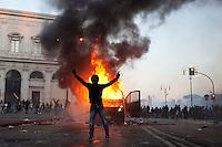 Roma: un manifestante esulta per il blindato dei Carabinieri dato alle fiamme durante il corteo organizzato dagli indignati. &quot;Occupy Wall Street&quot; &egrave; stata organizzata in 951 citt&agrave; di 82 Paesi per protestare contro la crisi economica mondiale.<br /> <br /> Rome: a demonstrator exult for the police van on fire during the demonstration &quot;Occupy Wall Street&quot;