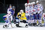Uppsala 2013-11-13 Bandy Elitserien IK Sirius - IFK Kung&auml;lv :  <br /> Kung&auml;lv m&aring;lvakt David Borvall r&auml;ddar ett skott och Sirius Klas Nordstr&ouml;m &auml;r framme p&aring; returen<br /> (Foto: Kenta J&ouml;nsson) Nyckelord:
