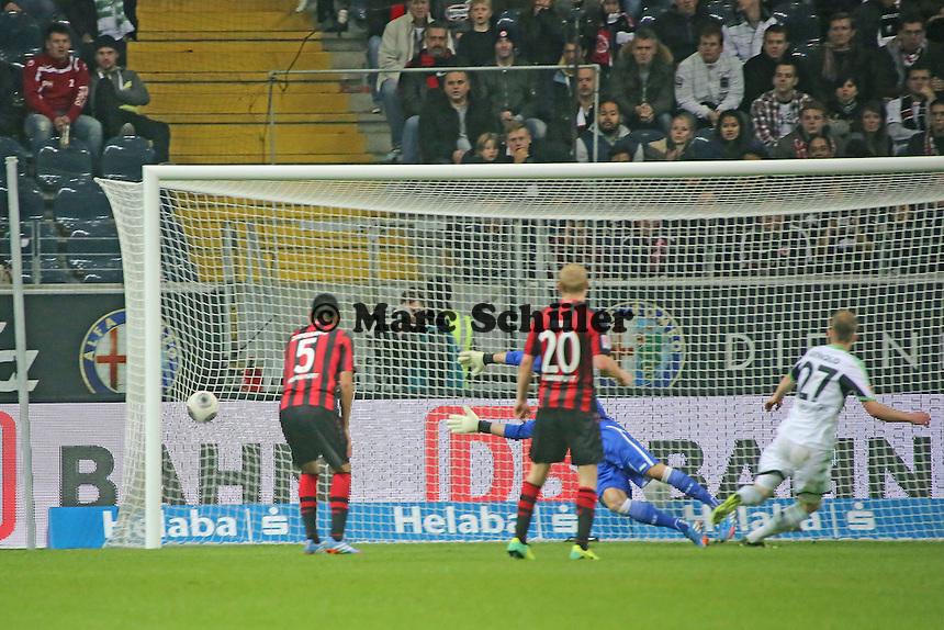 Schuss von Maximilian Arnold (Wolfsburg) dreht sich zum 1:2 ins Netz - Eintracht Frankfurt vs. VfL Wolfsburg, Commerzbank Arena