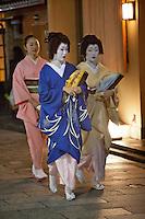 Japan, West Honshu, Kansai, Kyoto - Gion district (Geisha area): Japanese Geishas and assistant | Japan, West-Honshu, Kansai, Kyoto - Stadtteil Gion (Geisha Distrikt): japanische Geishas und Assistentin