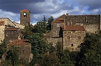 Europe/France/Auvergne/43/Haute-Loire/Chilhac: Le village en partie perché [sur une falaise basaltique]