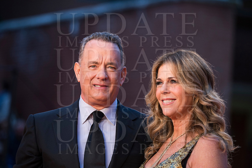 L'attore statunitense Tom Hanks posa con la moglie, l'attrice e produttrice Rita Wilson, sul red carpet del Festival Internazionale del Film di Roma, 13 ottobre 2016.<br /> U.S. actor Tom Hanks poses with his wife, actress and producer Rita Wilson, on the red carpet of the international Rome Film Festival at Rome's Auditorium, 13 October 2016.<br /> UPDATE IMAGES PRESS/Karen Di Paola