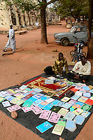 BURKINA FASO , Bobo Dioulasso, grand mosque / Grosse Moschee, aus Lehm im sudanesischen Stil gebaut, Verkauf von muslimisch religioesen Schriften