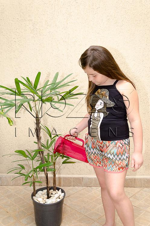 Criança regando planta, São Paulo - SP, 10/2012.               - Uso de imagem autorizado