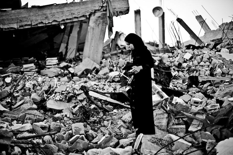 Gaza, Khuzaa: Sabrina, fille de Feda, marche dans les ruines de sa maison. Lors des bombardements, elle n'a pas rejoint sa m&egrave;re dans l'&eacute;cole de l'UNRWA mais s'est cach&eacute; dans un abri chez sa tante. Lors du premier cessez-le-feu elle a d&eacute;couvert le corps sans vie de son fr&egrave;re. <br /> <br /> Gaza Khuzaa: Sabrina, Feda's daughter, is walking in the ruins of her house. During the bombing, she did not join her mother in the UNRWA school but hid in a shelter with her aunt. During the first cease-fire she discovered the lifeless body of her brother.
